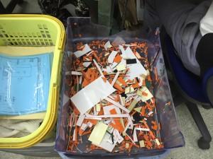 ゴム印シートをカットした後の不要部分の残骸です。