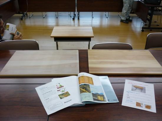 森林組合さんが用意してくれた資料と天板、天板をつけた机