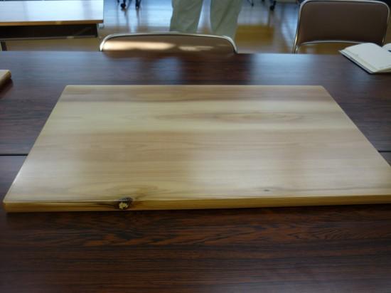 地元産の木材を使用した天板